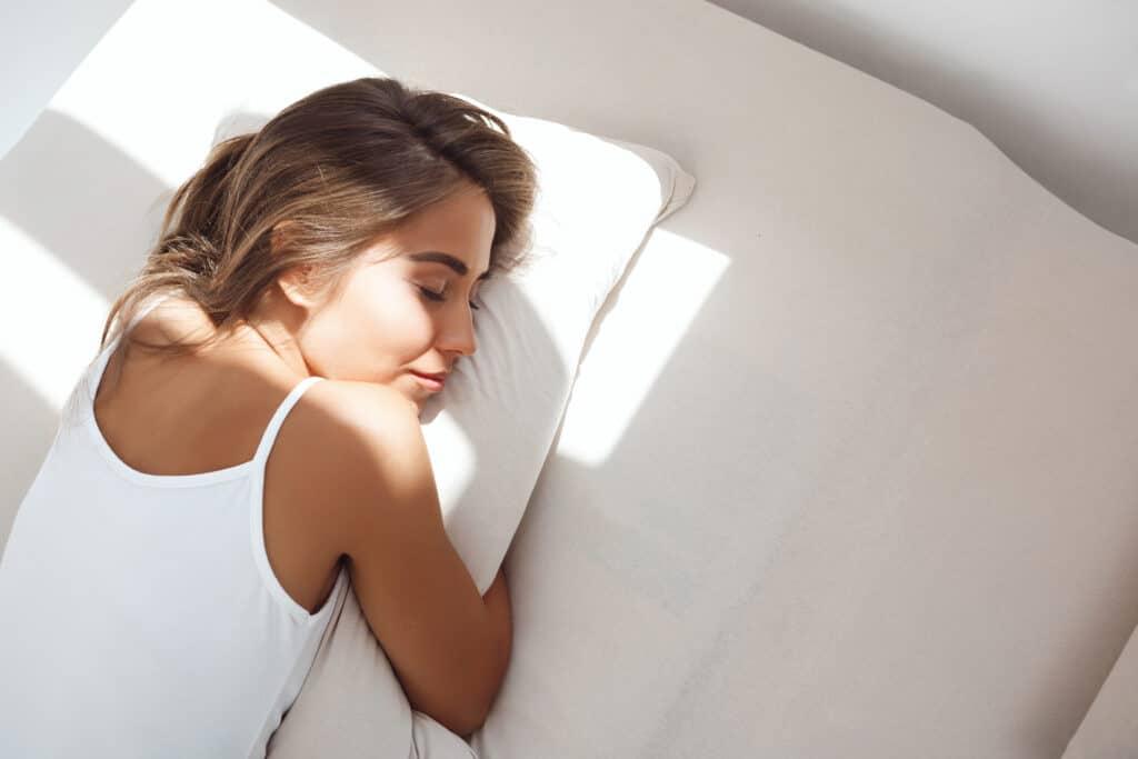 mujer tumbada en un colchón sobre la almohada
